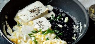 Jajecznica z tofu z dodatkiem awokado i rukoli